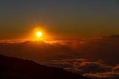 Solnedgång ovanför molnen på den Haleakala nationalparken Royaltyfri Bild