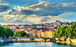 Solnedgång ovanför Saonet River i Lyon, Frankrike royaltyfria foton