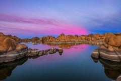 Solnedgång ovanför Watson Lake i prescotten, Arizona fotografering för bildbyråer