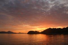 Solnedgång på ön över havet Royaltyfria Bilder