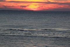 Solnedgång på ön av Ameland, Nederländerna Royaltyfri Fotografi