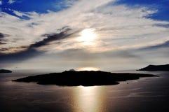 Solnedgång på ön av vulkan i skärgården av Santorini Grekland Fotografering för Bildbyråer