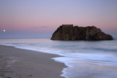 Solnedgång på ön för St Catherines, västra Wales, UK arkivfoton