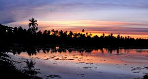 Solnedgång på ön för sydlig halvklot av den Addu atollen, Fotografering för Bildbyråer