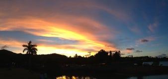 Solnedgång på Airlie strandpanorama Royaltyfria Bilder