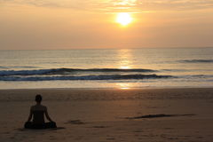 Solnedgång på Arabian Sea, Goa Arkivbild