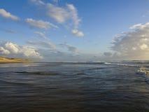 Solnedgång på atlantisk kust av Frankrike Royaltyfri Bild