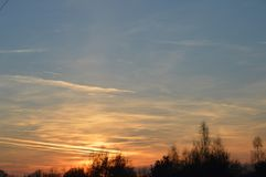 Solnedgång på början av våren royaltyfri bild