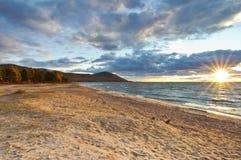 Solnedgång på Baikal laken royaltyfri foto
