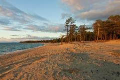 Solnedgång på Baikal laken royaltyfri bild