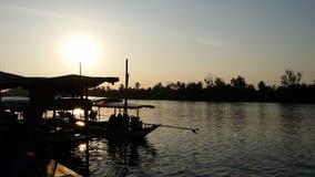 Solnedgång på Bangkla som svävar marknaden Royaltyfria Foton