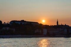 Solnedgång på banken av Donauen i Budapest Arkivfoto