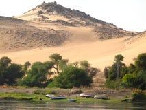 Solnedgång på banken av Nilen, Aswan, Egypten Royaltyfria Foton