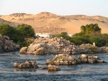 Solnedgång på banken av Nilen, Aswan, Egypten Royaltyfri Bild
