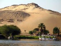 Solnedgång på banken av Nilen, Aswan, Egypten Arkivbilder