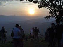 Solnedgång på berg Arkivbild