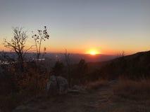 Solnedgång på berg Royaltyfri Foto
