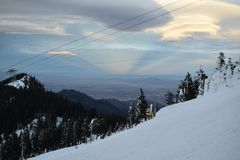 Solnedgång på bergen Arkivfoton