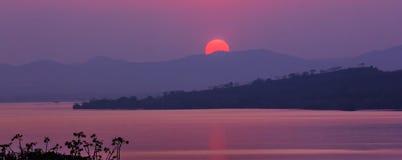 Solnedgång på berget och sjön Arkivfoton