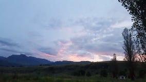 Solnedgång på bergglansen arkivfoto