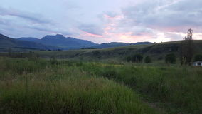Solnedgång på bergglansen Arkivbilder