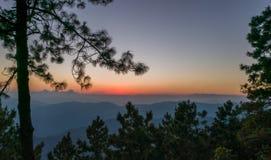 SOLNEDGÅNG på bergnord av Thailand Royaltyfri Fotografi