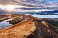 Solnedgång på bergsjön Koruldi ÖvreSvaneti, Georgia Europe ryss för ossetia för berg för alaniacaucasus federation nordlig Arkivbild
