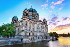 Solnedgång på Berlin Cathedral Royaltyfria Bilder
