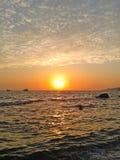 Solnedgång på Blacket Sea, solen och härliga moln Arkivfoton