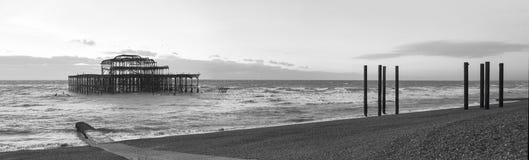 Solnedgång på Brighton West Pier panorama Arkivbild
