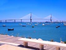 Solnedgång på bron av La Constitucion som kallas La Pepa, med fartyghavet i Cadiz, Andalusia spain Arkivfoton