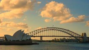 Solnedgång på bron för Sydney hamn och operan Haouse royaltyfri bild