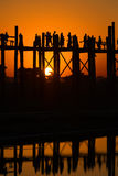 Solnedgång på bron för U Bein Amarapura Burma Royaltyfria Bilder