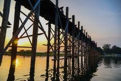Solnedgång på bron för U Bein, Amarapura, Myanmar Burma Arkivbilder
