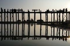 Solnedgång på bron för U Bein, Amarapura, Myanmar Burma Royaltyfri Foto
