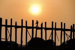Solnedgång på bron för U Bein, Amarapura, Myanmar Burma Royaltyfria Bilder