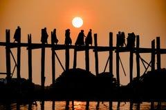 Solnedgång på bron för U Bein, Amarapura, Myanmar Burma Royaltyfri Bild