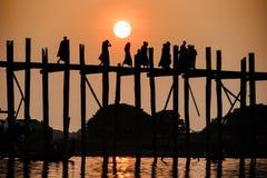 Solnedgång på bron för U Bein, Amarapura, Myanmar Burma Arkivfoto