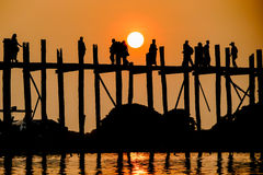 Solnedgång på bron för U Bein, Amarapura, Myanmar Burma Royaltyfria Foton