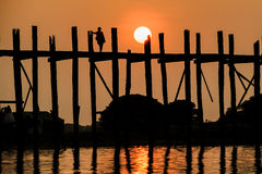 Solnedgång på bron för U Bein, Amarapura, Myanmar Burma Arkivfoton