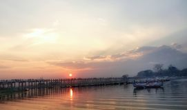 Solnedgång på bron för U Bein royaltyfri fotografi