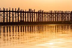 Solnedgång på bron för U Bein, Myanmar Royaltyfri Fotografi