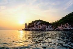 Solnedgång på Buddhapunkt i den Ko Tao ön Arkivfoto