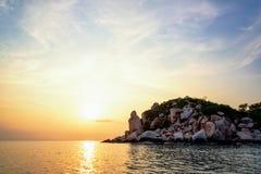Solnedgång på Buddhapunkt i den Ko Tao ön Royaltyfria Foton