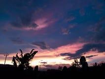 Solnedgång på byn arkivfoton