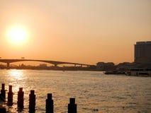 Solnedgång på Chao Phraya River, Bangkok, Thailand royaltyfri fotografi