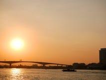 Solnedgång på Chao Phraya River, Bangkok, Thailand royaltyfri foto