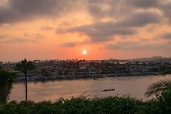 Solnedgång på Corona Del Mar Royaltyfri Bild