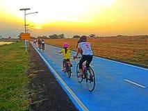 solnedgång på cykelgränd Arkivfoton