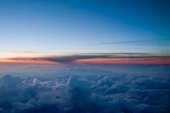 Solnedgång på de himla- bergen, på höjden av tio tusen kilometer över jord Arkivbilder